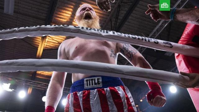 Боксер в поединке без перчаток нокаутировал бойца MMA первым ударом