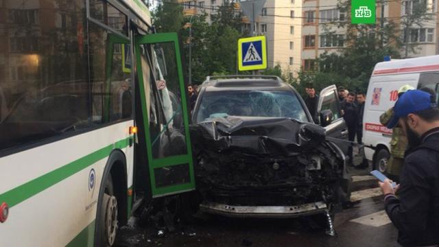 Автобус столкнулся с внедорожником на западе Москвы: есть пострадавшие