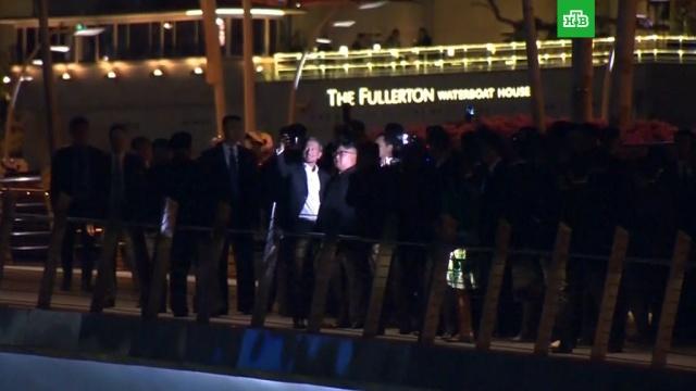 Ким Чен Ын в окружении армии охранников вышел на ночные улицы Сингапура: видео