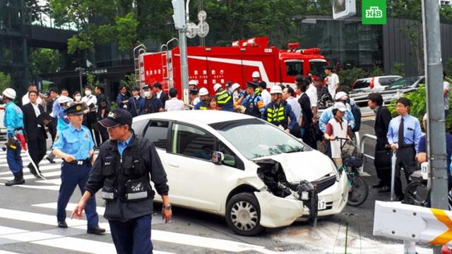 Автомобиль въехал в толпу людей в Токио
