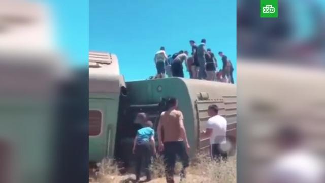 Пассажирский поезд сошел с рельсов в Казахстане: погиб подросток
