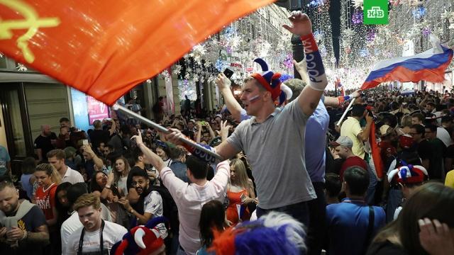 Страна ликует: болельщики по всей России празднуют выход сборной в плей-офф ЧМ