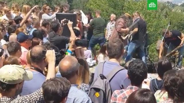 На Бориса Гребенщикова напали во время концерта в Киеве