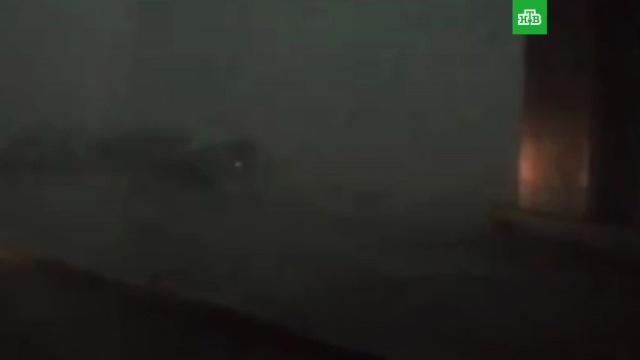 Ураганный ветер едва не перевернул прогулочную баржу с пассажирами на Оби: видео
