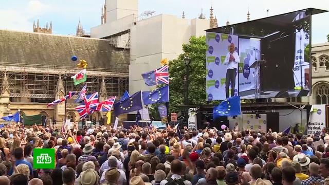 Сторонники и противники Brexit на митинге в Лондоне дружно раскритиковали правительство Мэй