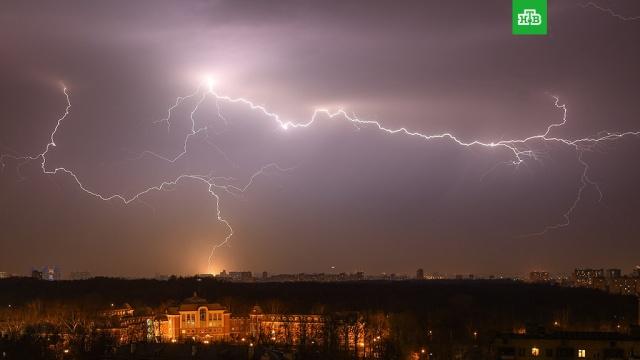 Синоптики предупредили москвичей о грозах и граде в выходные