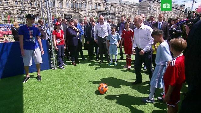 Путин сыграл в футбол и забил гол на Красной площади