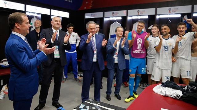 Медведев поздравил сборную России по футболу в раздевалке: видео