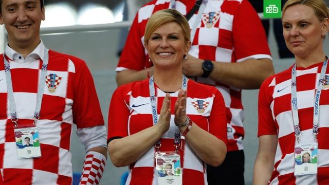 Хорватский президент в футболке смотрела игру с датчанами на общей трибуне
