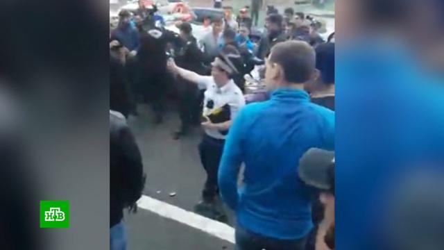 В Норильске разъяренная толпа избила водителя, наехавшего на прохожих: видео