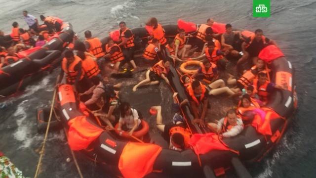 Две лодки с 130 туристами перевернулись на Пхукете