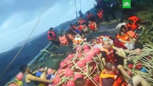 Спасение пассажиров затонувших в Таиланде катеров сняли на видео