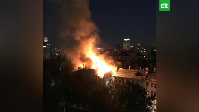 Площадь пожара в жилом доме в центре Москвы увеличилась вдвое