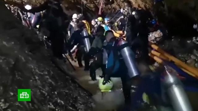 В Таиланде пробурили более 100 отверстий в затопленной пещере с детьми