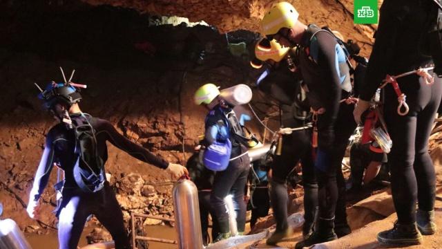 Спасатели вывели двоих школьников из затопленной пещеры в Таиланде