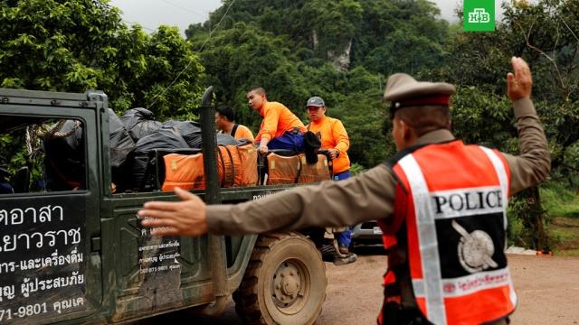 Эвакуация детей в Таиланде: водостоки над пещерой затыкают мешками с песком
