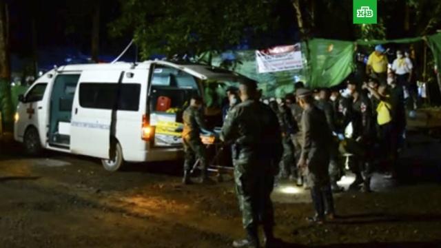 Спасатели вывели пятого подростка из затопленной пещеры в Таиланде