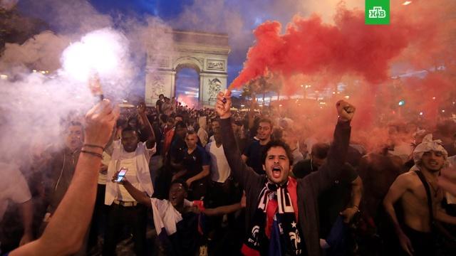 Семь человек задержаны в Париже после стычек фанатов с полицией